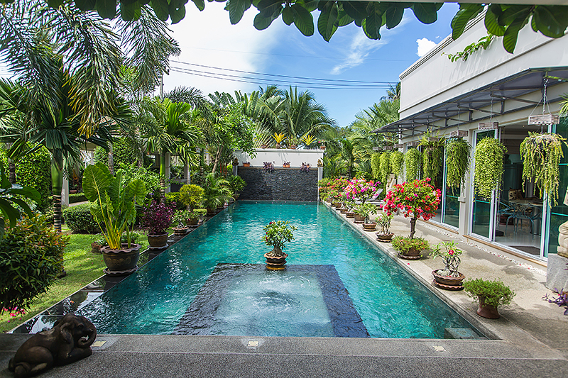 buy or sell Luxury villa with tropical garden and pool near Maprachan lake at Pong East Pattaya