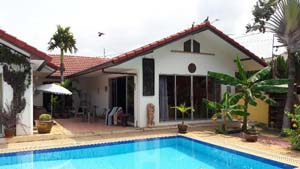 Private quiet house near Pattaya with pool,  surrounding walls and confortable land size at